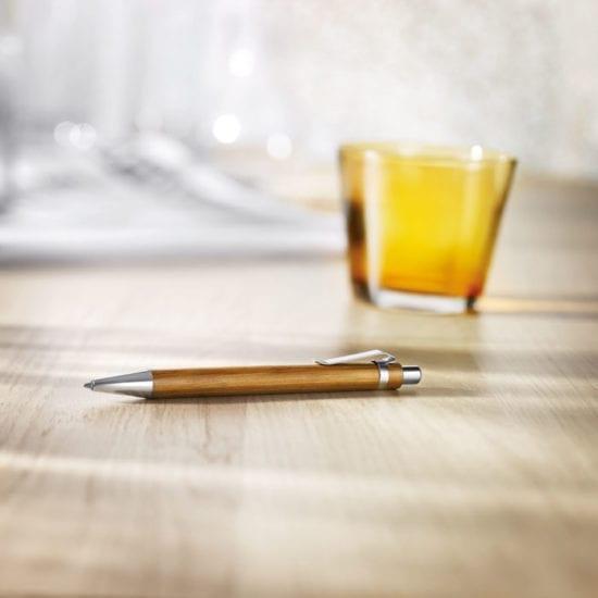 Στυλό από μπαμπού με γυαλιστερό χρώμιο. Μπλε μελάνι.